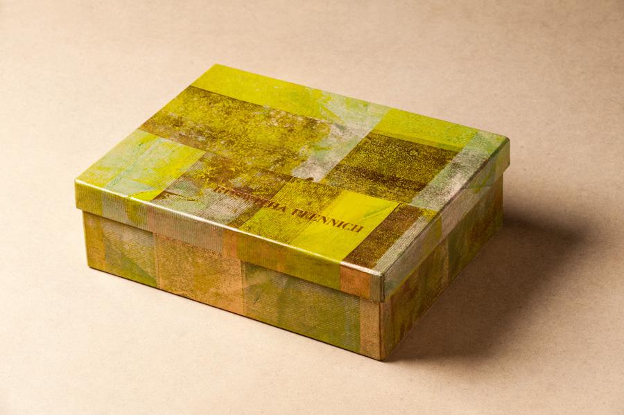 Schachtel mit Namenszug im Bleisatz